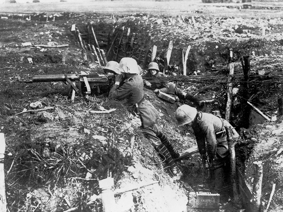 Soldiers with their weapons in WW1